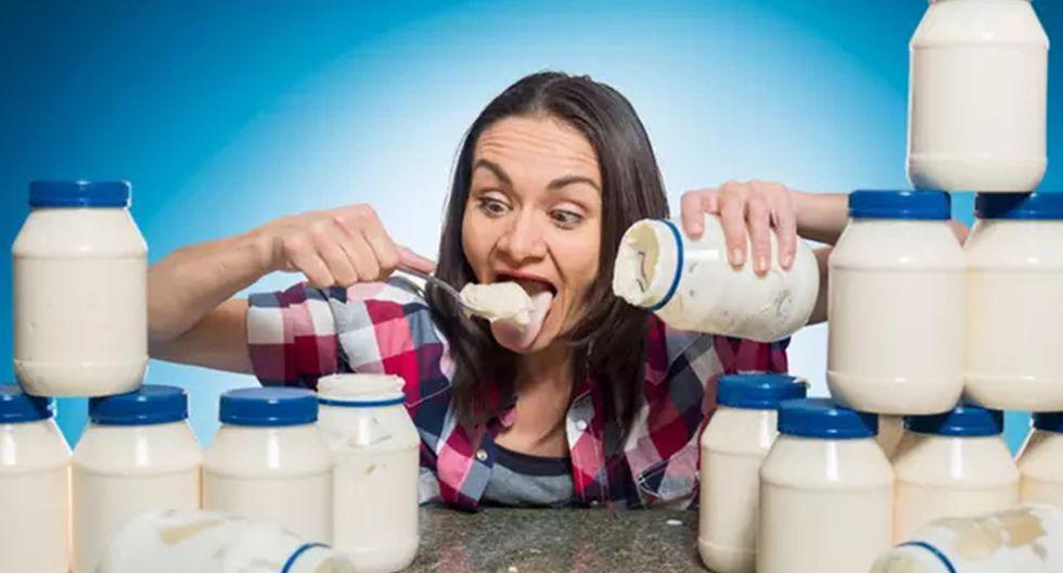 Esta mujer es capaz de devorarse tres jarras enormes de mayonesa en muy poco tiempo.   Record Guinness
