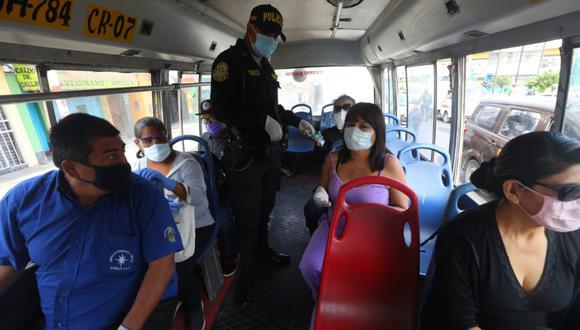 El transporte público sigue siendo revisado por los agentes policiales | FOTO: GEC