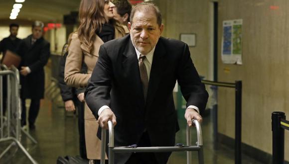 Harvey Weinstein llega para la selección del jurado en su juicio por cargos de violación y agresión sexual, en Nueva York. (Foto: AFP).