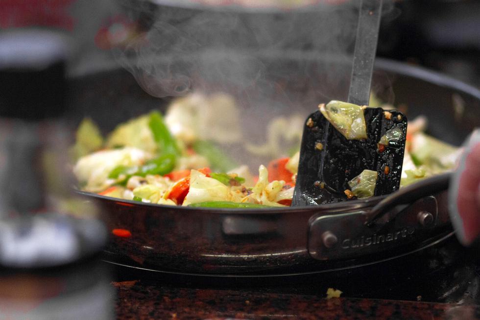 Asegúrate de eliminar el polvo y las impurezas que pueden acumular tus sartenes en los gabinetes de tu cocina, sin importar si es nueva o ya la has usado. (Martin Lopez|Pexels)