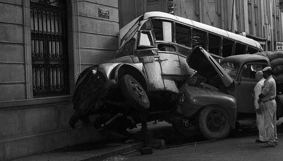 Lima, 16 de marzo de 1961.  Ómnibus de transporte público choca con camión de carga de mercadería en el centro de Lima. Foto: GEC Archivo Histórico.