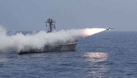 Una foto que la oficina del ejército de Irán puso a disposición el 14 de enero de 2021 muestra un misil antibuque Nasr-1 disparado desde un buque de guerra durante un ejercicio militar en el golfo de Omán. (Foto referencial, AFP).