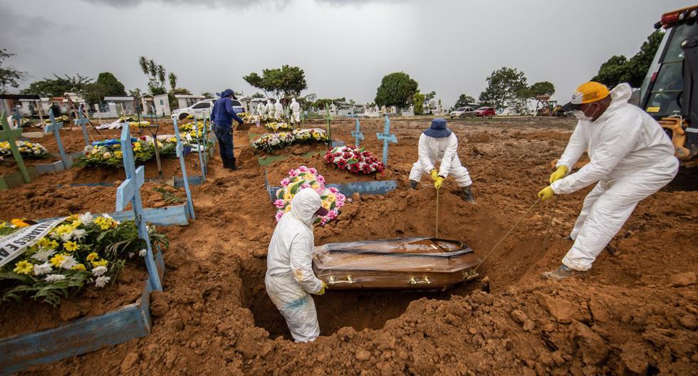 La ciudad de Manaos, en Brasil, ha sido una de las más afectadas por el Covid-19 sobre todo por la falta de oxígeno para los enfermos. En esta imagen de enero pasado, uno de los miles de entierros en esta ciudad amazónica.  (Foto: Jonne Roriz/Bloomberg via Getty Images)