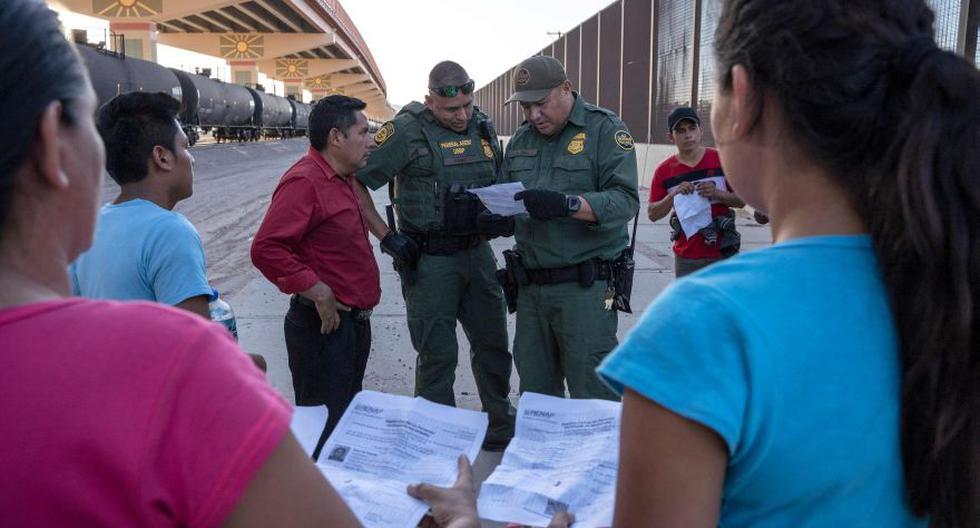 Agentes de Aduanas y Protección Fronteriza de Estados Unidos verifican los documentos de un pequeño grupo de migrantes que cruzaron el Río Grande desde Juárez, México, en El Paso, Texas. (Foto: AFP / Paul Ratje).