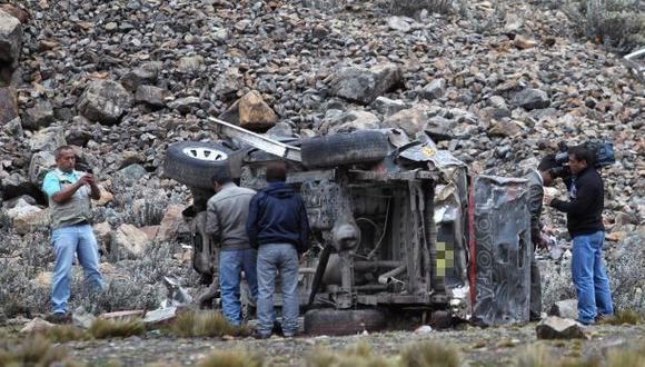 Tres personas murieron tras choque entre combi y auto en Huaraz
