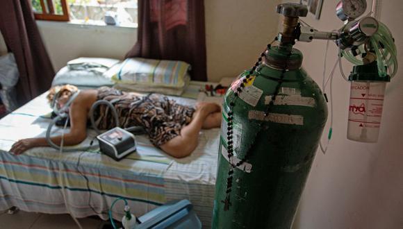 Dilza Maria Pereira Rodrigues, de 71 años, recibe tratamiento contra el coronavirus COVID-19 en su casa tras dejar el hospital de Manaos, Brasil. (Foto de MICHAEL DANTAS / AFP).