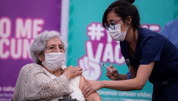 Una persona recibe la primera dosis de la vacuna china Sinovac contra el coronavirus en un centro de salud en Santiago de Chile. (EFE/ Alberto Valdés).