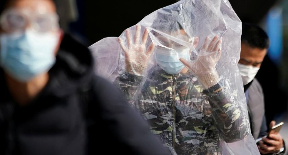 El pánico que ha generado en el gigante asiático el brote del coronavirus de Wuhan ha disparado la demanda de mascarillas y guantes de protección en más de 100 veces, generando escasez y afectando al personal médico. (Reuters)