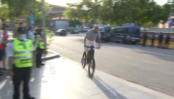 Gerard Piqué llegó al estadio en bicicleta. (Video: @MovistarFutbol)