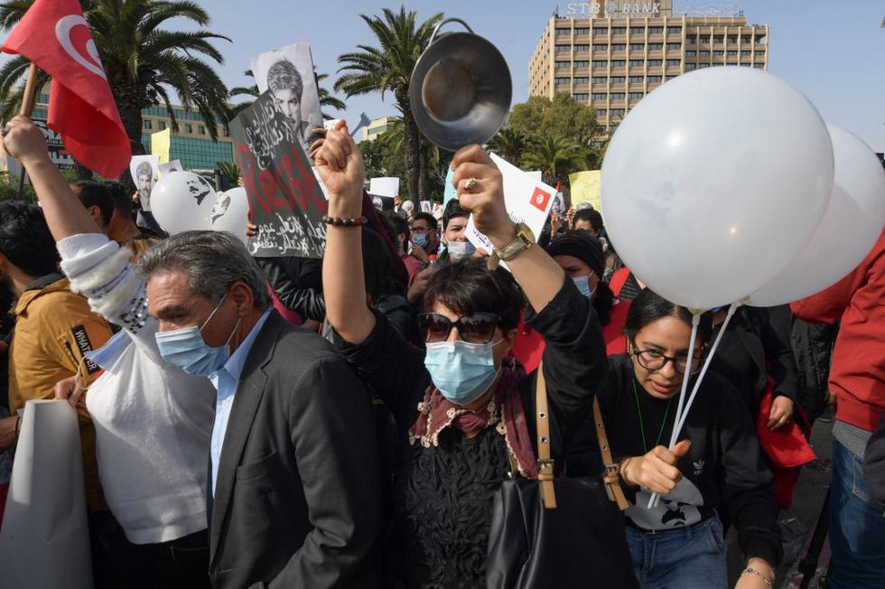 Cerca de medio millar de tunecinos volvieron a salir a las calles por tercer sábado consecutivo para reclamar la liberación de los más de mil ciudadanos detenidos en las últimas semanas y denunciar la violencia policial en medio de un impresionante despliegue de las fuerzas de seguridad que trataron de bloquear el acceso al centro de la capital. (Texto EFE / Foto: FETHI BELAID / AFP)