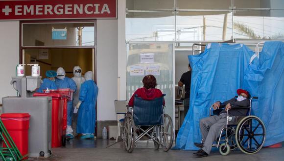 Personas con tos, neumonía y sospecha de COVID-19  son atendidos en la puerta de Emergencia. (Anthony Niño de Guzmán / GEC)