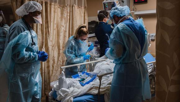 Los trabajadores de la salud atienden a un paciente de coronavirus Covid-19 en el Centro Médico Providence St. Mary en Apple Valley, California, Estados Unidos. (Foto referencial, ARIANA DREHSLER / AFP).