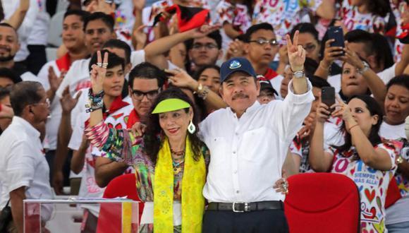 """El presidente nicaragüense Daniel Ortega (derecha) y su esposa, la vicepresidenta Rosario Murillo (izquierda), muestran el letrero V durante la conmemoración del 40 aniversario de la Revolución Sandinista en la plaza """"La Fe"""" de Managua. (Foto: Archivo/ INTI OCON / AFP)"""