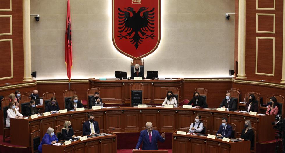 El primer ministro de Albania, Edi Rama, junto a sus ministros, le habla al Parlamento. AP