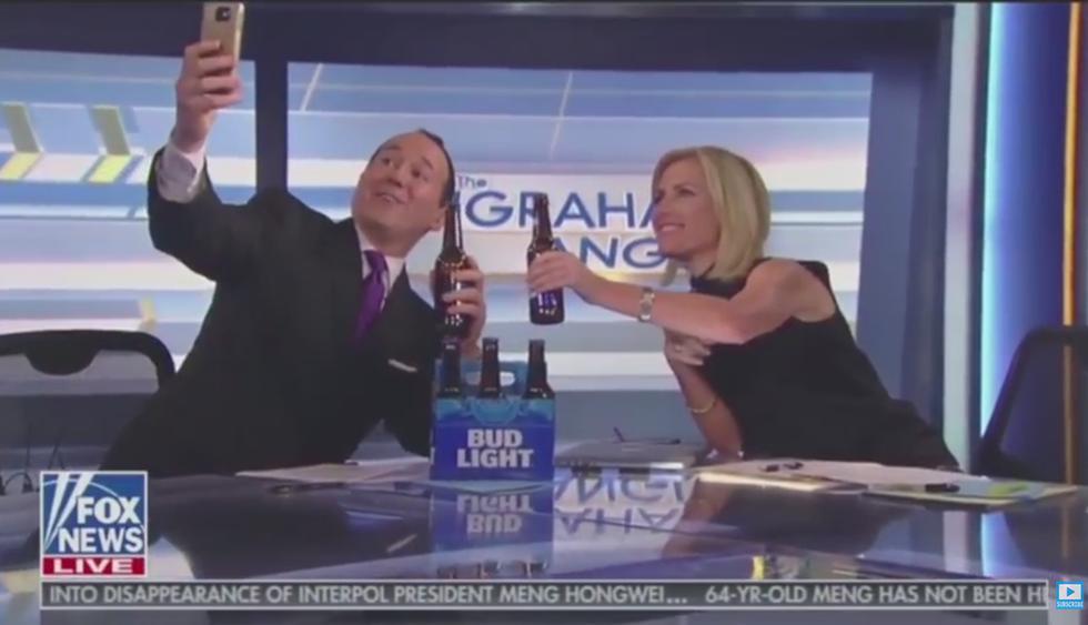 Un presentador trata de sacarse un selfie en directo y se termina cayendo violentamente. (YouTube)<br>