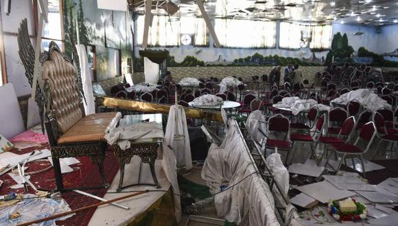 """""""Cuando las fuerzas de seguridad llegaron al lugar los muyahidines hicieron detonar un coche bomba aparcado"""", dijo el Estado Islámico. En la foto, afganos investigan el salón de bodas después del atentado. (Foto: AFP)"""