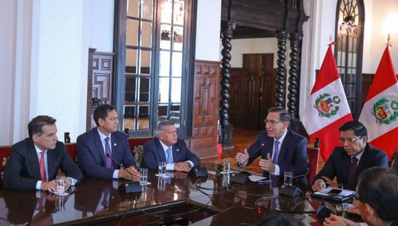 El presidente Martín Vizcarra y su primer ministro Vicente Zeballos reciben en Palacio de Gobierno a los representantes de Alianza Para el Progreso, entre ellos el virtual congresista Omar Chehade (primero por la izquierda), el pasado lunes 3 de febrero. (Foto: Presidencia).