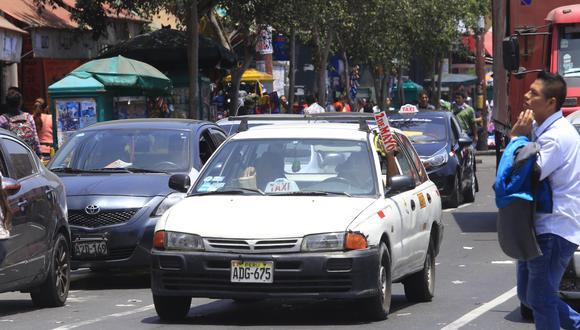 Los taxis colectivos suelen utilizar letreros para buscar pasajeros en plena vía. (Foto: Jessica Vicente)
