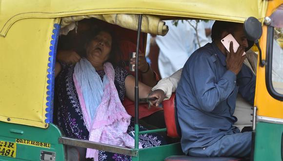 Una mujer enferma, sospechosa de padecer coronavirus, llega acompañada de su familia al hospital covid-19 en Nueva Delhi, India. (Foto: EFE/IDREES MOHAMMED).