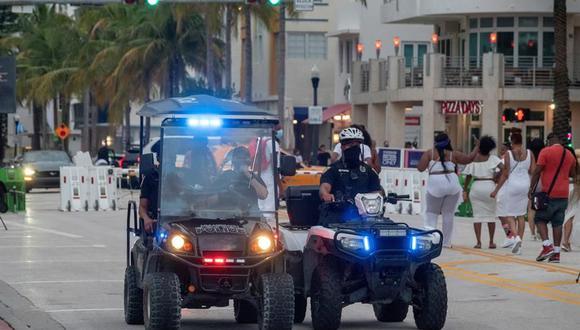 Los oficiales del Departamento de Policía de Miami Beach hacen cumplir el toque de queda por coronavirus en South Beach, en Florida. (EFE / EPA / CRISTOBAL HERRERA-ULASHKEVICH).