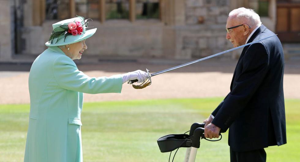 El Capitán Tom Moore fue nombrado caballero por la Reina de Inglaterra en el Castillo de Windsor.  (Foto: Reuters)