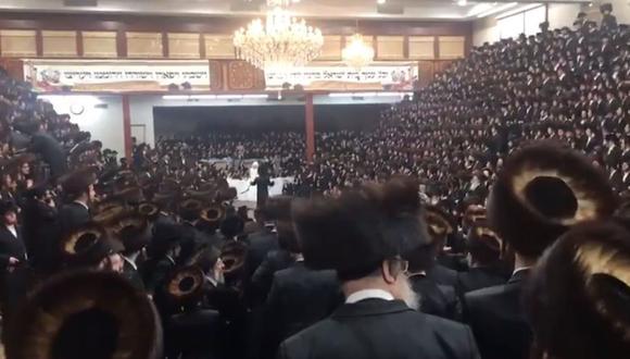 El templo se ve casi lleno, con miles cantando y bailando sin mascarilla. (Foto: Twitter)