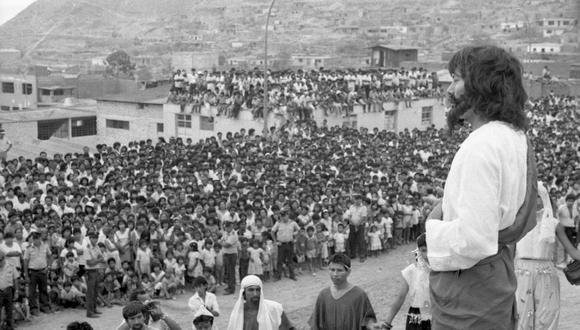 'Jesús' predica a sus fieles en Comas, en una escenificación del Vía Crucis en Semana Santa en 1989. Eran tiempos de violencia y terrorismo. FOTO: VICENTE MONTES / EL COMERCIO