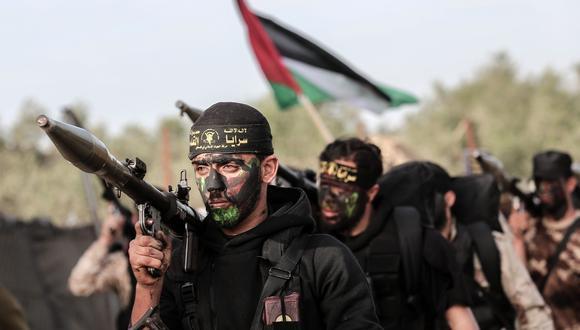 Miembros del movimiento Yihad Islámica Palestina cargan lanzacohetes en el sur de la Franja de Gaza. (AFP).