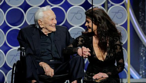 Catherine Zeta Jhones y su suegro, Kirk Douglas. (Foto: Agencia)
