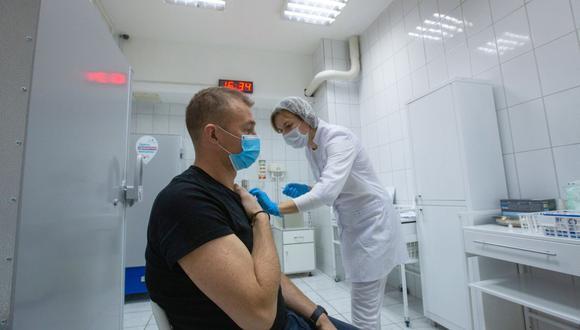 Una trabajadora de la salud inyecta la vacuna COVID-19 Sputnik V a una persona durante un ensayo en Moscú, Rusia, el jueves 26 de noviembre de 2020. (Foto: Andrey Rudakov / Bloomberg).