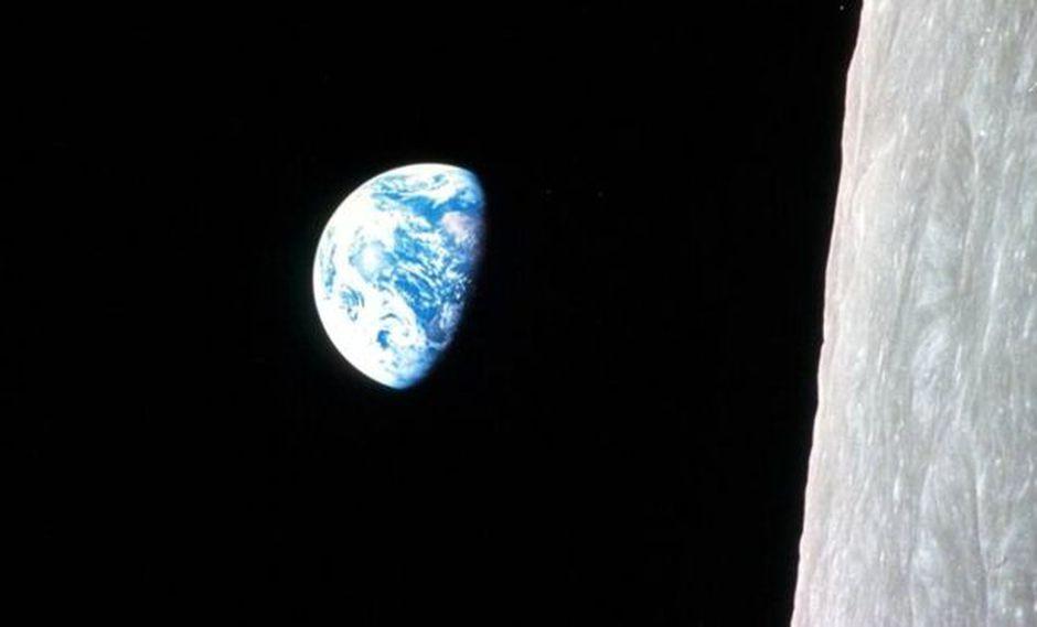 Los cambios en la distancia de la Luna han venido afectando durante millones de años cómo la Tierra gira sobre su eje. La imagen muestra en su orientación original la foto célebre tomada por William Anders, uno de los astronautas de la misión Apolo 8 en 1968. (Foto: NASA)