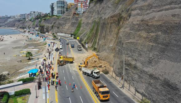 Un nuevo deslizamiento de piedras y tierra se registró el último jueves en los acantilados de la Costa Verde, esta vez a la altura de la playa Los Yuyos, en el límite de los distritos de Barranco y Chorrillos. (Foto: Daniel Apuy)