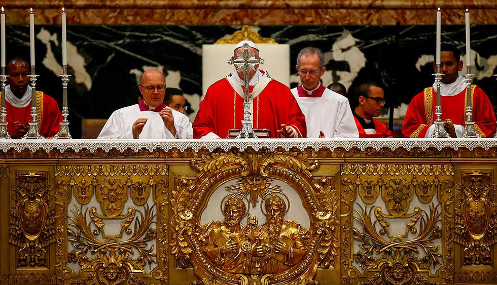 Pope Francis blesses the altar as he leads a Mass for cardinals and bishops who have passed away over the past year, at the St. Peter's basilica in Vatican, November 3, 2017. REUTERS/Stefano Rellandini     TPX IMAGES OF THE DAY