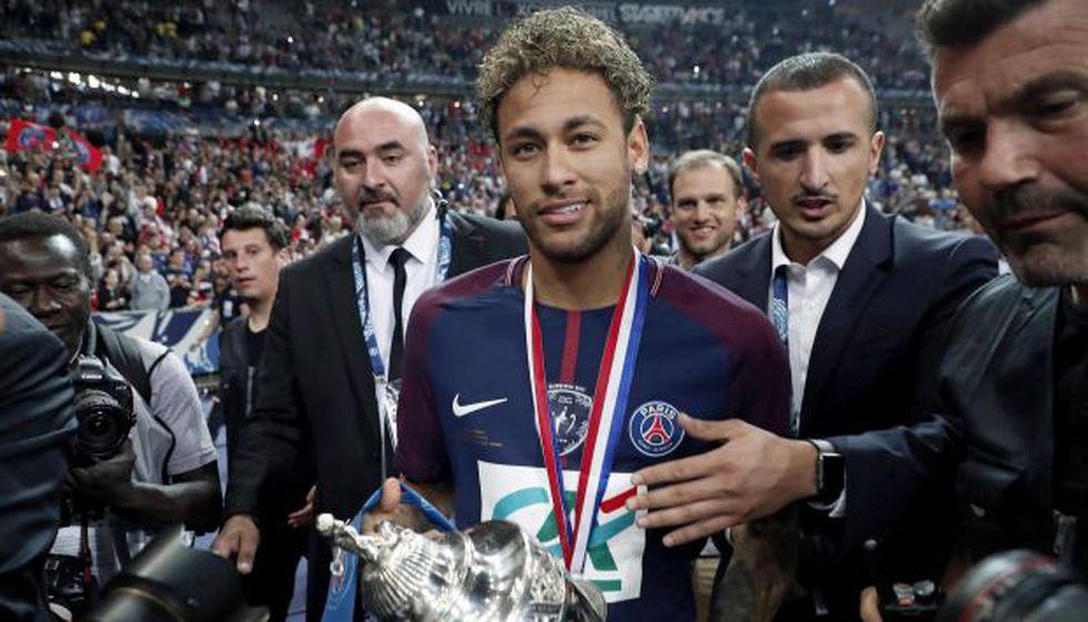 Neymar alzando el último título del PSG, Copa de la Liga. (Foto: EFE)