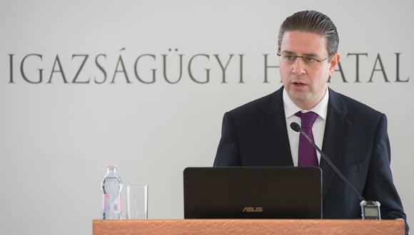 Gabor Kaleta enfrenta cargos por posesión de material pornográfico infantil luego de que hallaran 19 mil archivos de este tipo en su poder. (Gobierno de Hungría)