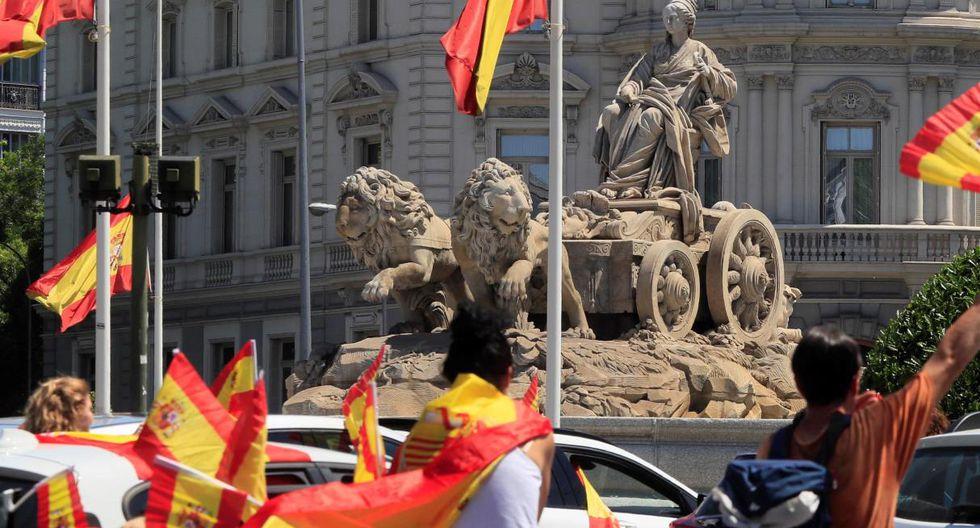 Imagen de personas protestando contra la gestión del gobierno de España durante la pandemia del coronavirus. (EFE/Fernando Alvarado).