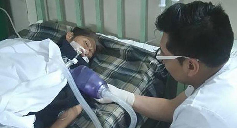 Internos de hospital proveen de oxígeno a pacientes manualmente