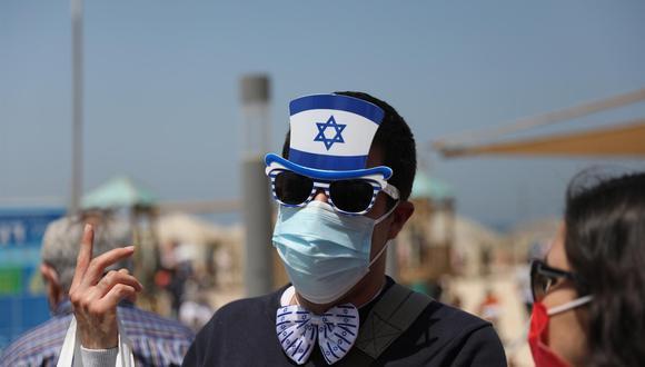 Coronavirus: Un hombre asiste a las celebraciones del Día de la Independencia en una playa de Tel Aviv, Israel, el 15 de abril de 2021. (EFE / EPA / ABIR SULTAN).