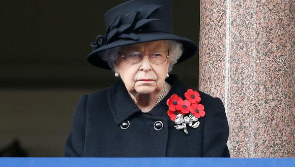 En esta foto de archivo tomada el 8 de noviembre de 2020, la reina Isabel II  asiste a la ceremonia del Domingo de Recuerdo en el Cenotafio, en Whitehall, en el centro de Londres. (PETER NICHOLLS / POOL / AFP).