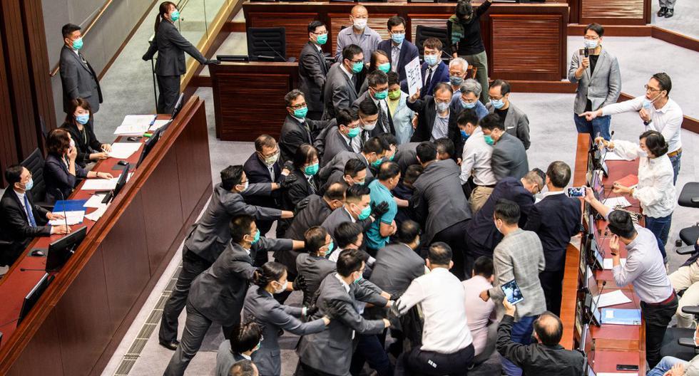 375/5000 Los legisladores en favor de la democracia y en favor de Beijing disputan la elección de presidentes del Comité de la Cámara de Representantes, presidida por el legislador en favor de Beijing, Chan Kin Por (extremo izquierdo) en el Consejo Legislativo en Hong Kong. (Anthony WALLACE / AFP)