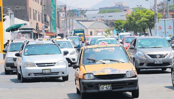 Si algo caracteriza a los taxis de Lima es su diversidad: distintos colores, con o sin casquete, antiguos, modernos, con franjas de cuadrados, en resumen, informales. (Foto: Lino Chipana / El Comercio)
