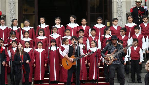 """Madueño interpretó el tema """"Una sola fuerza es el Perú"""" en las escaleras de la Casa de Pizarro. Lo acompañó el Coro Nacional de Niños. (Foto: Rolly reyna)"""