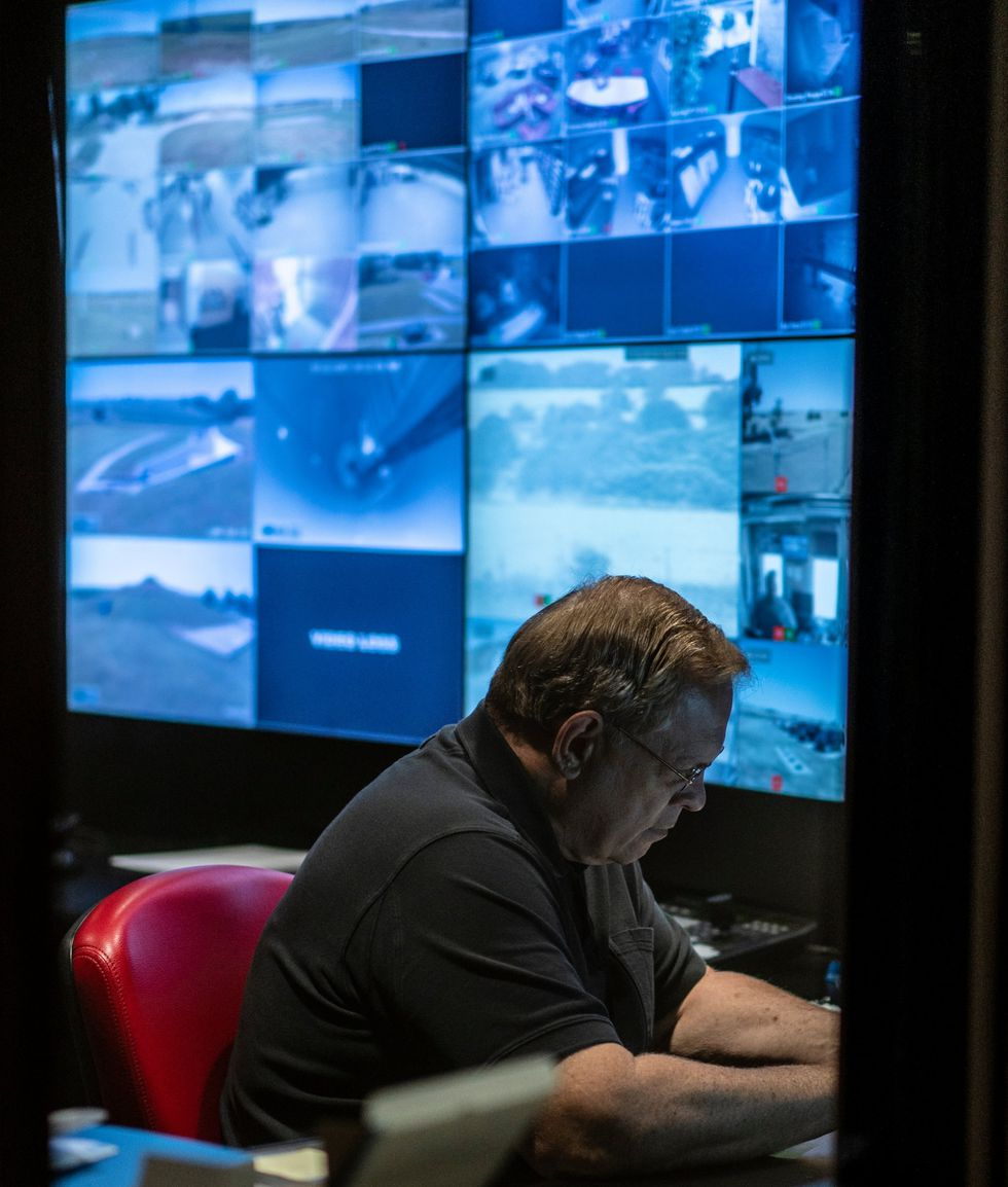 Larry Hall es el fundador y dueño de Survival Condo. (Chet Strange para The New York Times).