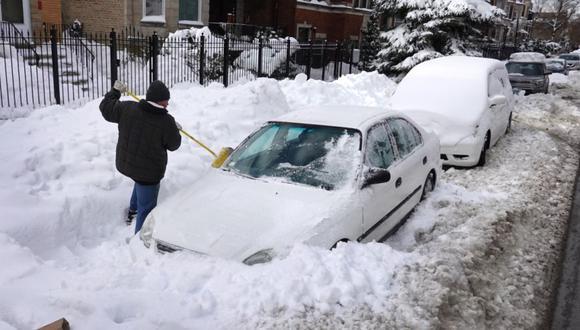 Cuando despertó, las puertas habían quedado totalmente bloqueadas por grandes cantidades de nieve que habían apartado de la carretera las máquinas quitanieves. (Foto Referencial: Scott Olson/Getty Images/AFP).