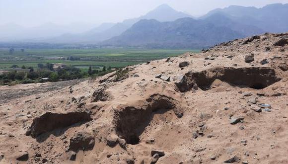En el lugar se ha encontrado ropa, botellas de agua, tierra removida y fragmentos de cerámica. (Foto: Andina)
