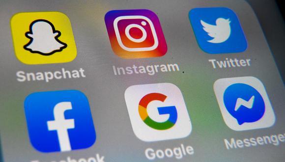 Debido a la cuarentena, las personas se han volcado a las redes sociales para informarse sobre el COVID-19. (DENIS CHARLET / AFP)