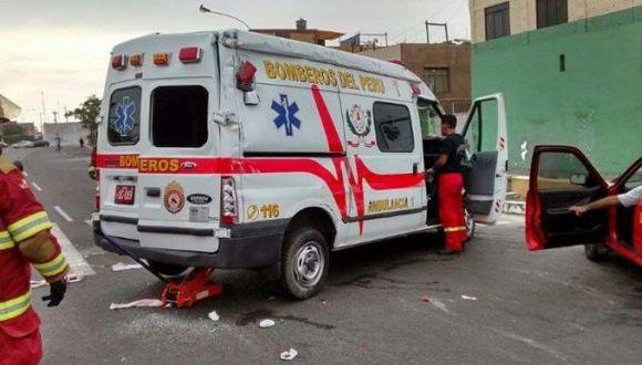 Callao: cinco bomberos heridos en choque de auto con ambulancia