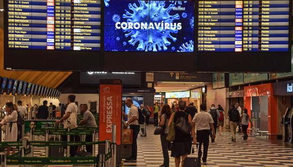 Imagen referencial. Una advertencia sobre el nuevo coronavirus, COVID-19, se muestra en una pantalla en el aeropuerto de Congonhas, en Sao Paulo, Brasil, el 12 de marzo de 2020. (NELSON ALMEIDA / AFP).