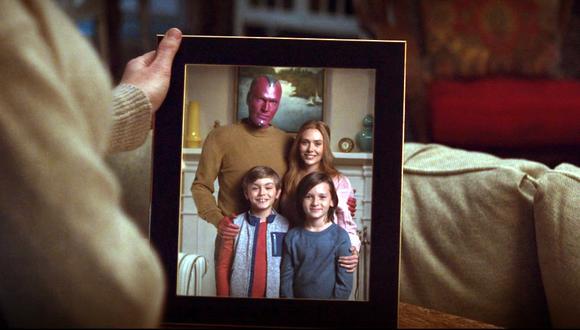 """La serie de Disney+ """"WandaVision"""" explora la relación entre Scarlet Witch (Elizabeth Olsen) y Vision (Paul Bettany).  (Fuente: Disney+)"""