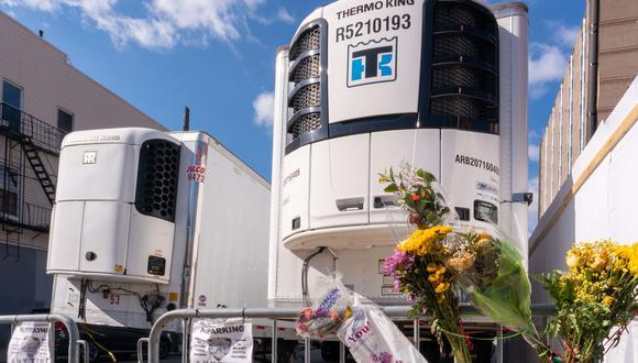 Flores dejadas cerca de los depósitos refrigerados de la morgue en el Centro Médico Wyckoff Heights de Brooklyn, Nueva York, el epicentro del coronavirus en Estados Unidos. (David Dee Delgado / Getty Images / AFP).